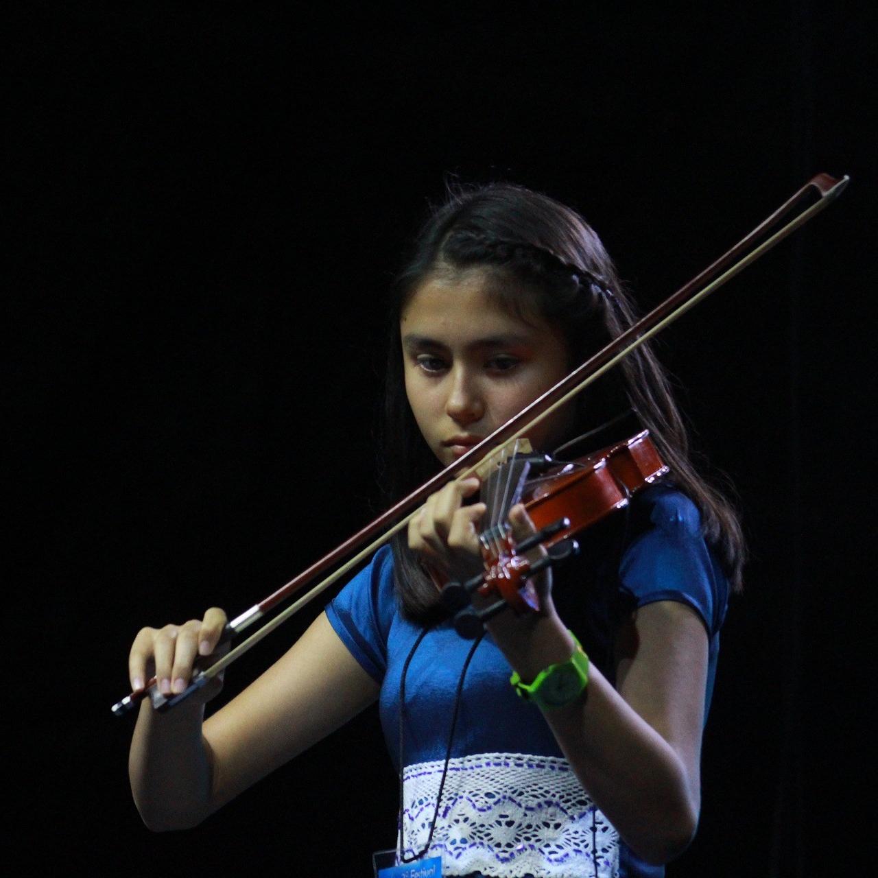 Escena de clases de violín para niños